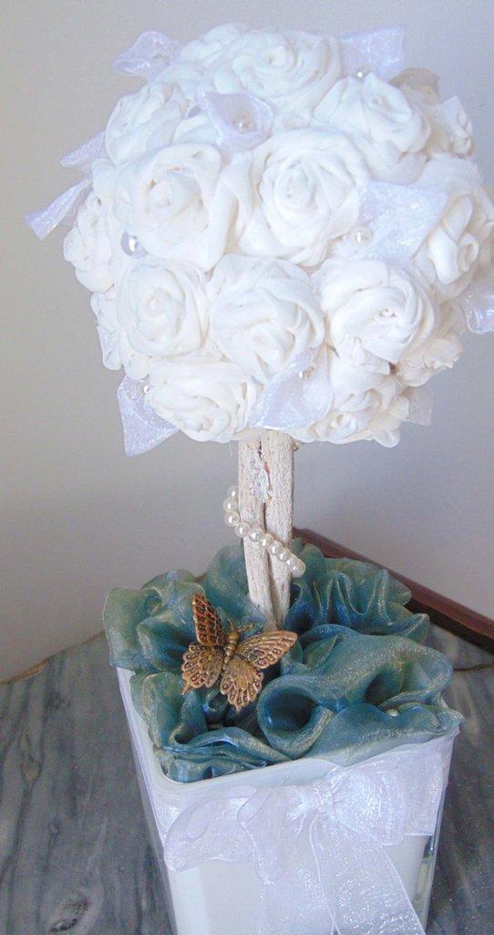 Alberello di rose bianche