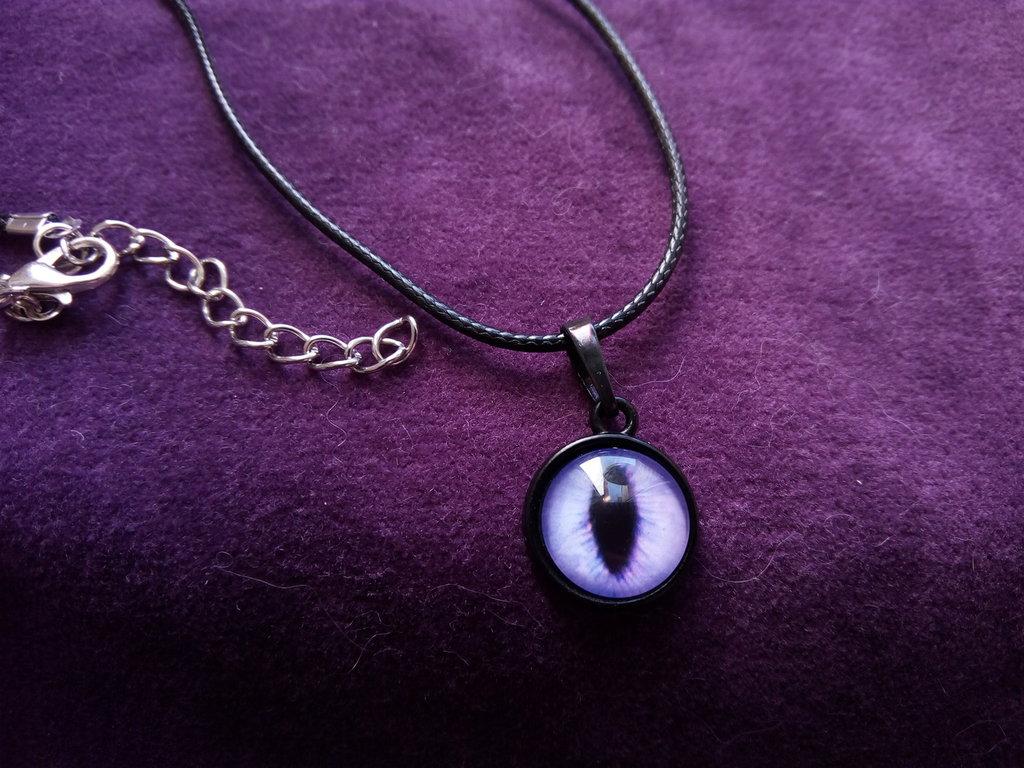 *Necklace con cabochon di occhio di gatto viola*