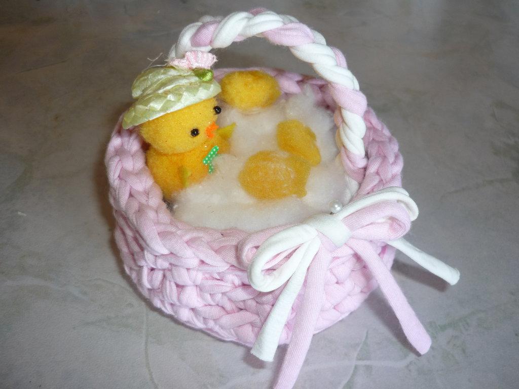 Cestino di fettuccia rosa con grazioso pulcino da regalare a Pasqua