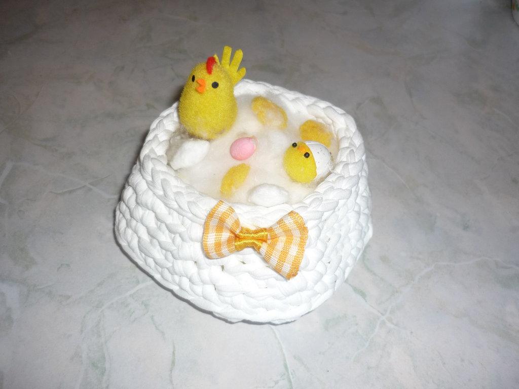 Cestino quadrato realizzato a uncinetto in fettuccia di lycra bianca con pulcino - da regalare a Pasqua-