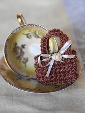 Mini BORSA uncinetto.Nocciola,squadrata con rosa e fiocco in seta.Bomboniera di nozze/nascita/comunione,personalizzabile.Decorazione .Confezione per gioiello.