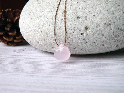 Collana minimal in seta con piccolo pendente in quarzo rosa, realizzato a mano