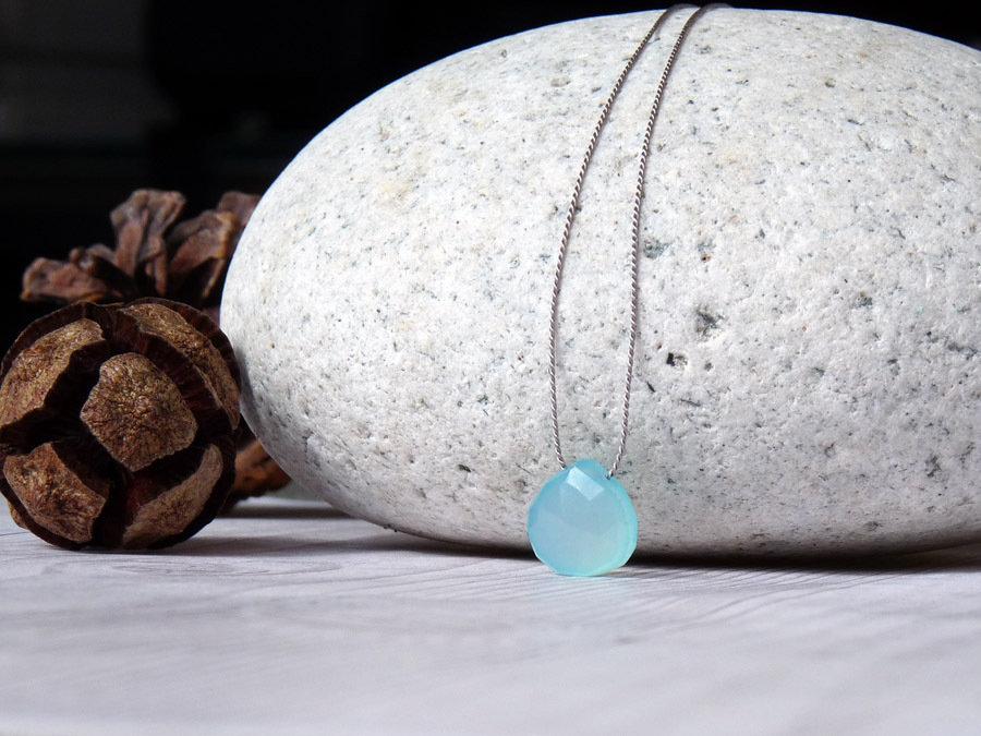 Collana minimalista in seta con piccolo pendente in pietra di calcedonio azzurro, realizzata a mano