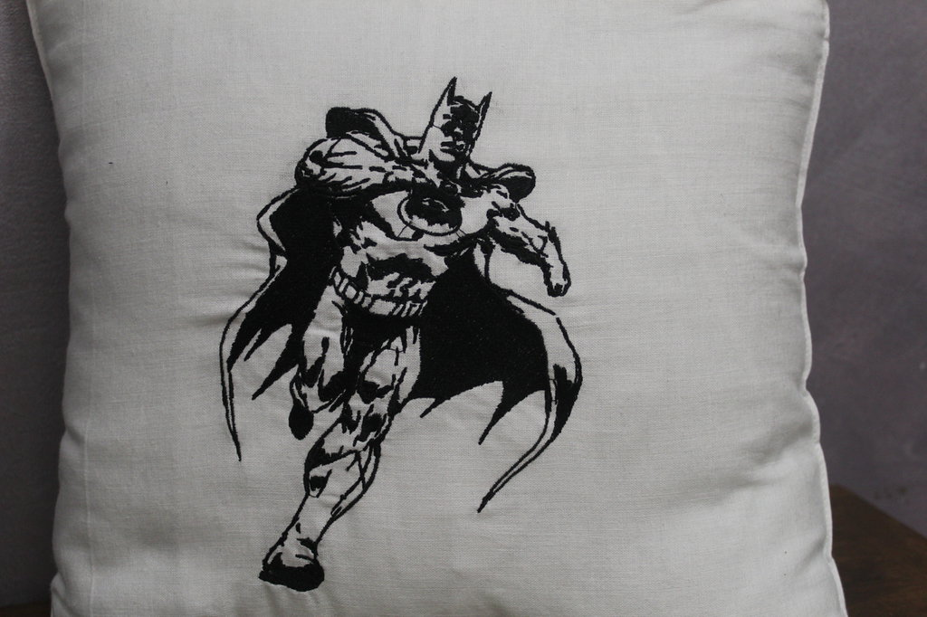 CUSCINO  RICAMATO BATMAN