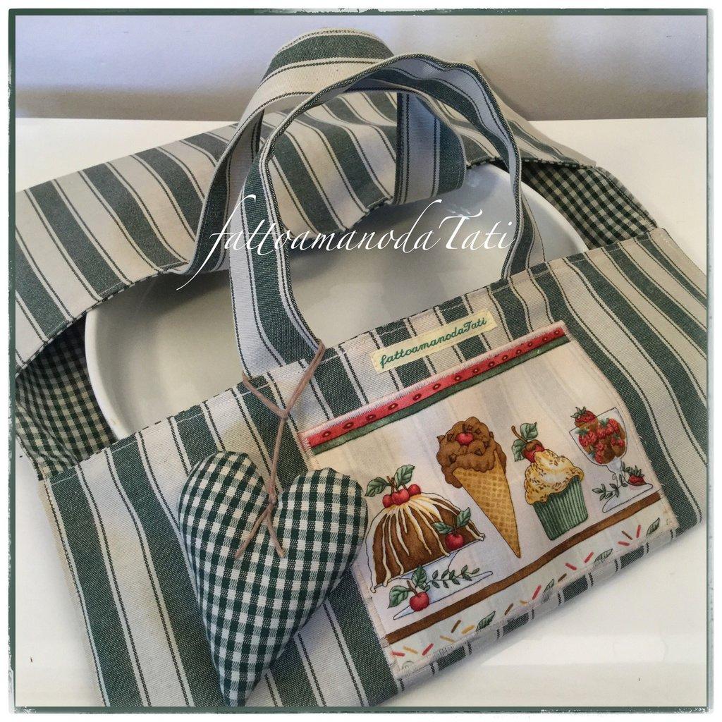 Porta torte in cotone a righe e a quadretti verdi con cuore imbottito e appliquè dolcetti