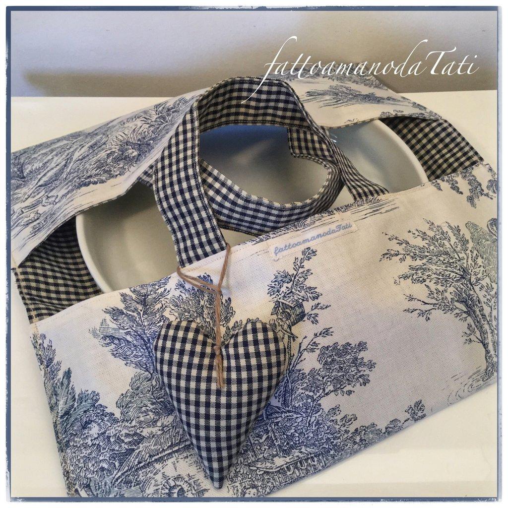 Porta torte in cotone stampato toile de Jouy bianco e blu con cuore imbottito