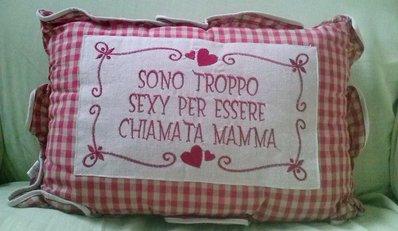 CUSCINO RETTANGOLARE CON SCRITTE ROSSE -  MAMMA - DONNA - SEXY