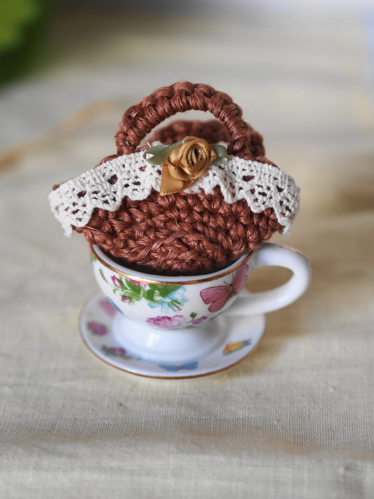 Mini BORSA uncinetto.Nocciola,arrotondata con rosa in seta e passamaneria.Bomboniera di nozze/nascita/comunione,personalizzabile.Decorazione .Confezione per gioiello.