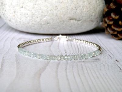 Bracciale minimalista in acquamarina e argento 925, sottile elegante e fatto a mano.