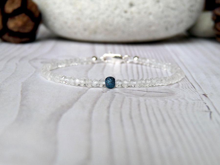 Bracciale luminoso in cristallo di rocca (quarzo ialino) e argento blu, realizzato a mano