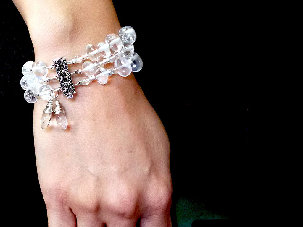 Bracciale a fascia, multigiro, in cristallo di rocca, luminoso ed elegante, realizzato a mano