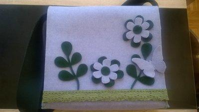 Borsa in feltro viola con motivi floreali