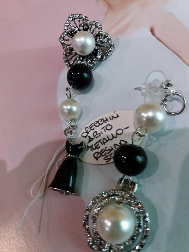 orecchini bianchi e neri vestito