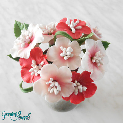 Piccolo bouquet di fiori di ibisco, fatto a mano in porcellana fredda