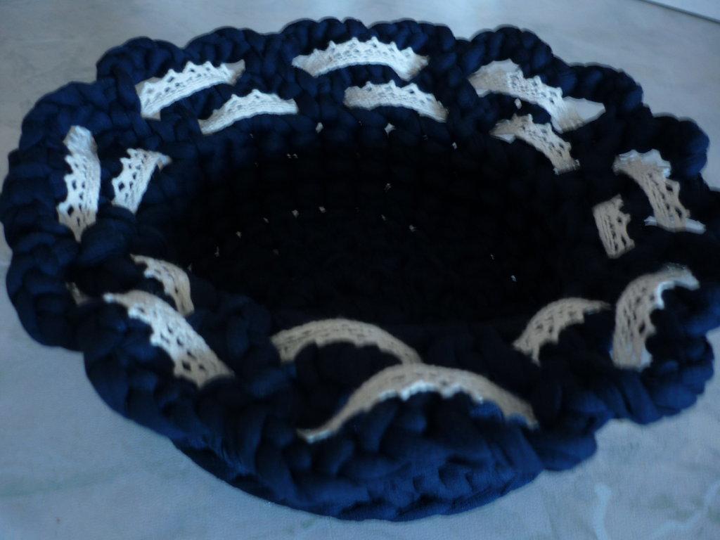 Cestino realizzato a uncinetto in fettuccia di colore blu con ondine e pizzo intrecciato