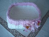 Grande cestino in fettuccia rosa e bianca con ramo di pesco e coccarda di raso