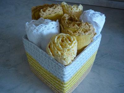 Set più cestino con sei lavette dai colori bianco, giallo, senape con merletto realizzato a uncinetto