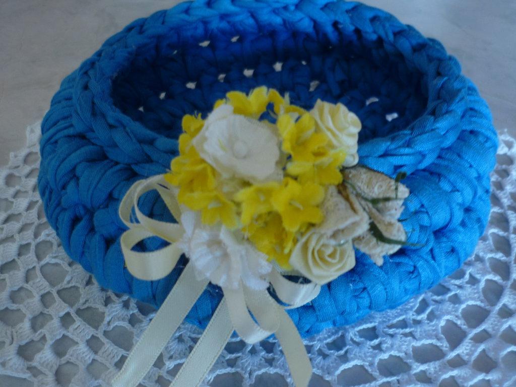 Cestino azzurro a forma di ciotola con mazzolino di fiorellini giallo