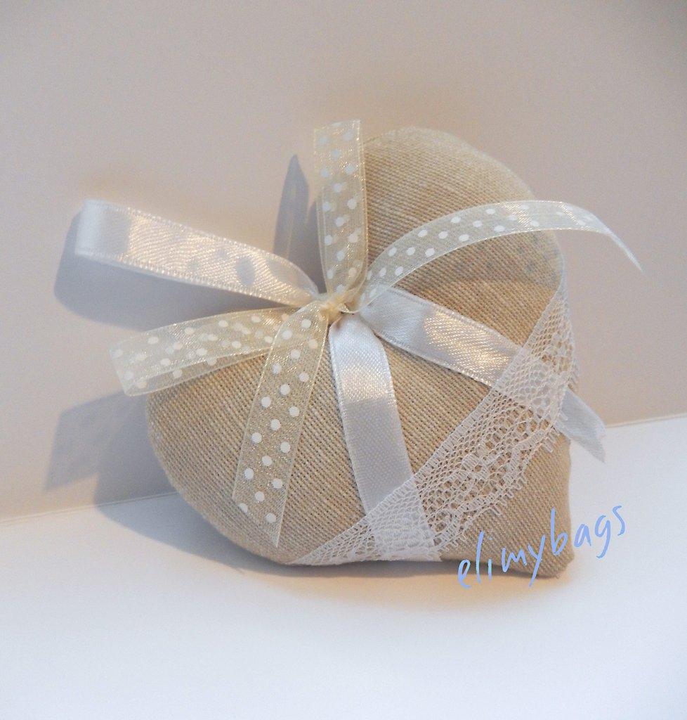 Cuore beige bomboniera di stoffa da appendere