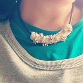 Ciondolo tessile bianco ad uncinetto ricamato con perle argento tema mare in doppia parure con due collane girocollo in pelle marrone e cordoncino spighetta rumena bianco