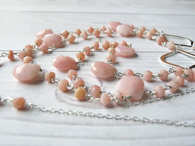 Collana lunga in stile rosario, realizzata a mano, in argento 925 e pietre di opale rosa