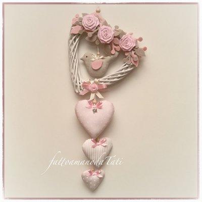Cuore/fiocco nascita in vimini con roselline , uccellino e cuori sui toni rosa/ecrù