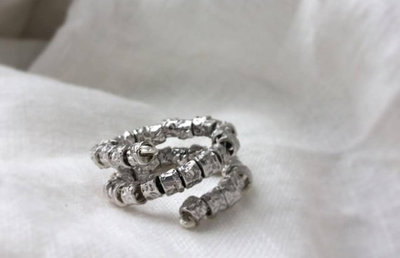 Anello spirale con pepite martellate in argento 925