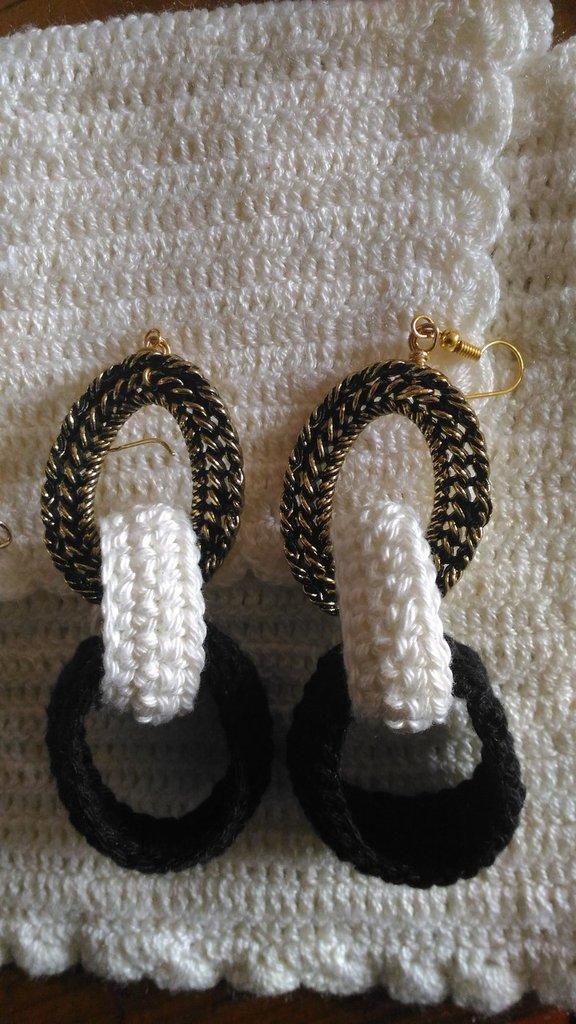Parure bracciale ed orecchini in bianco e nero lavorati ad uncinetto con maglie metallo dorato anticato
