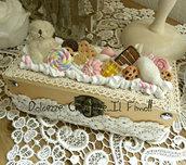 Scatola - Box - cofanetto - handmade con panna e biscotti, caramelle, orsetto, zucchero filato, torta