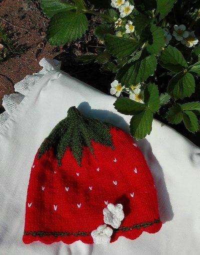 cappellino fragola in pura lana verde e rossa, con fiorellini bianchi per bimba di 18 mesi