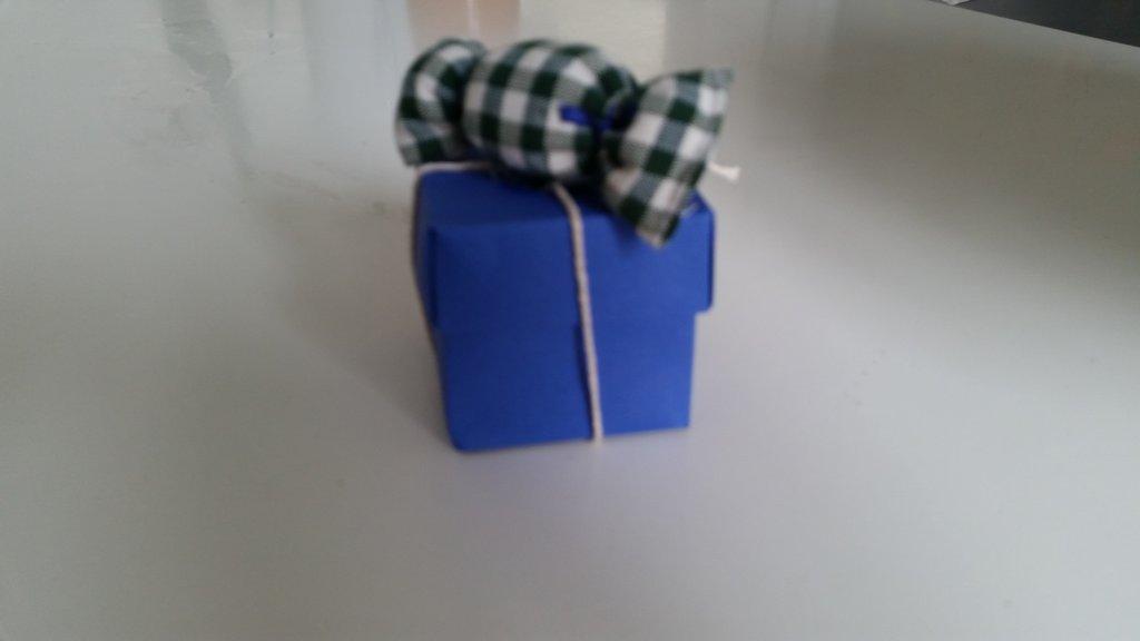 Scatolina bomboniera in cartoncino con caramella imbottita