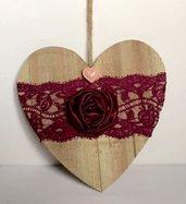 cuore di legno da appendere con rosa di seta fatta a mano