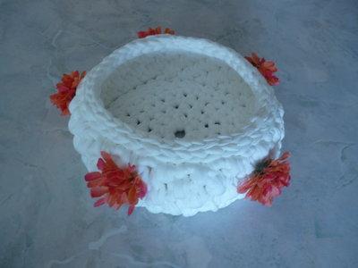 Cestino bianco realizzato a uncinetto con contorno di fiorellini arancio