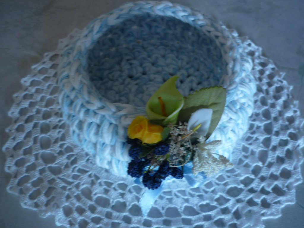 Cestino con mazzetto di fiorellini realizzato a mano in fettuccia di lycra sfumata.