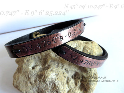 Bracciali per la coppia con coordinate geografiche GPS incise su targhetta in bronzo ossidata a mano