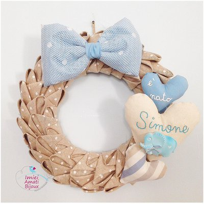 Ghirlanda fiocco nascita ecrù e azzurra con gessetto dipinto a mano