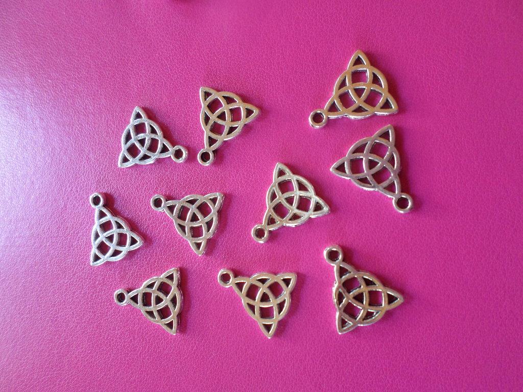 10 ciondoli a forma di triangolo doppio disegno