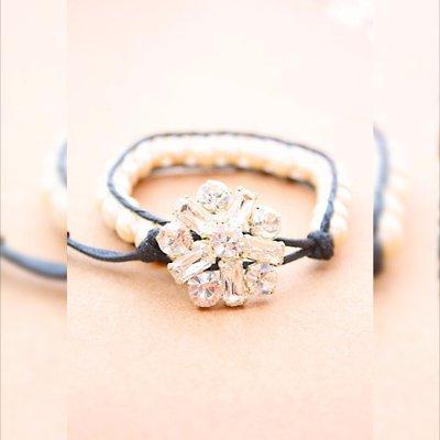 Bianco perla braccialetto dell'involucro in rilievo