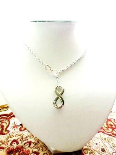 collana con infinito pendente tono argento fatta a mano
