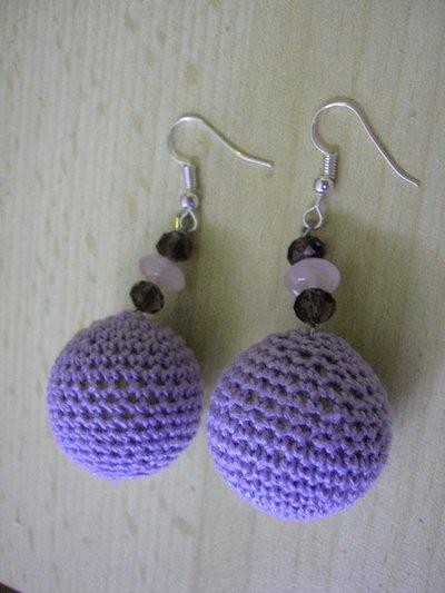 coppia di orecchini sfera all'uncinetto