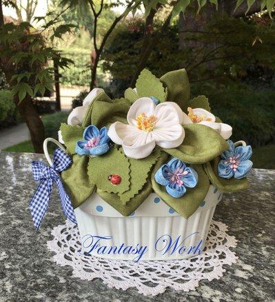 Vaso bianco con margherite bianche e azzurre