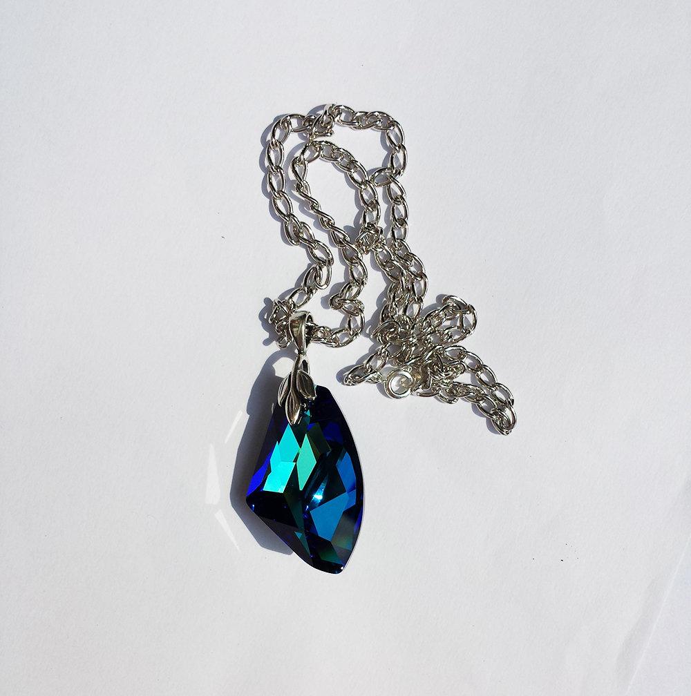 Collana pendente con cristallo Swarovski serie Galactic color bermuda blu, componente argentato e catenina in alluminio