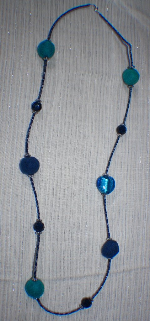 collana e orecchini di feltro