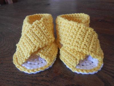 Sandalini per bebè incrociati in cotone giallo bianco, idea regalo.