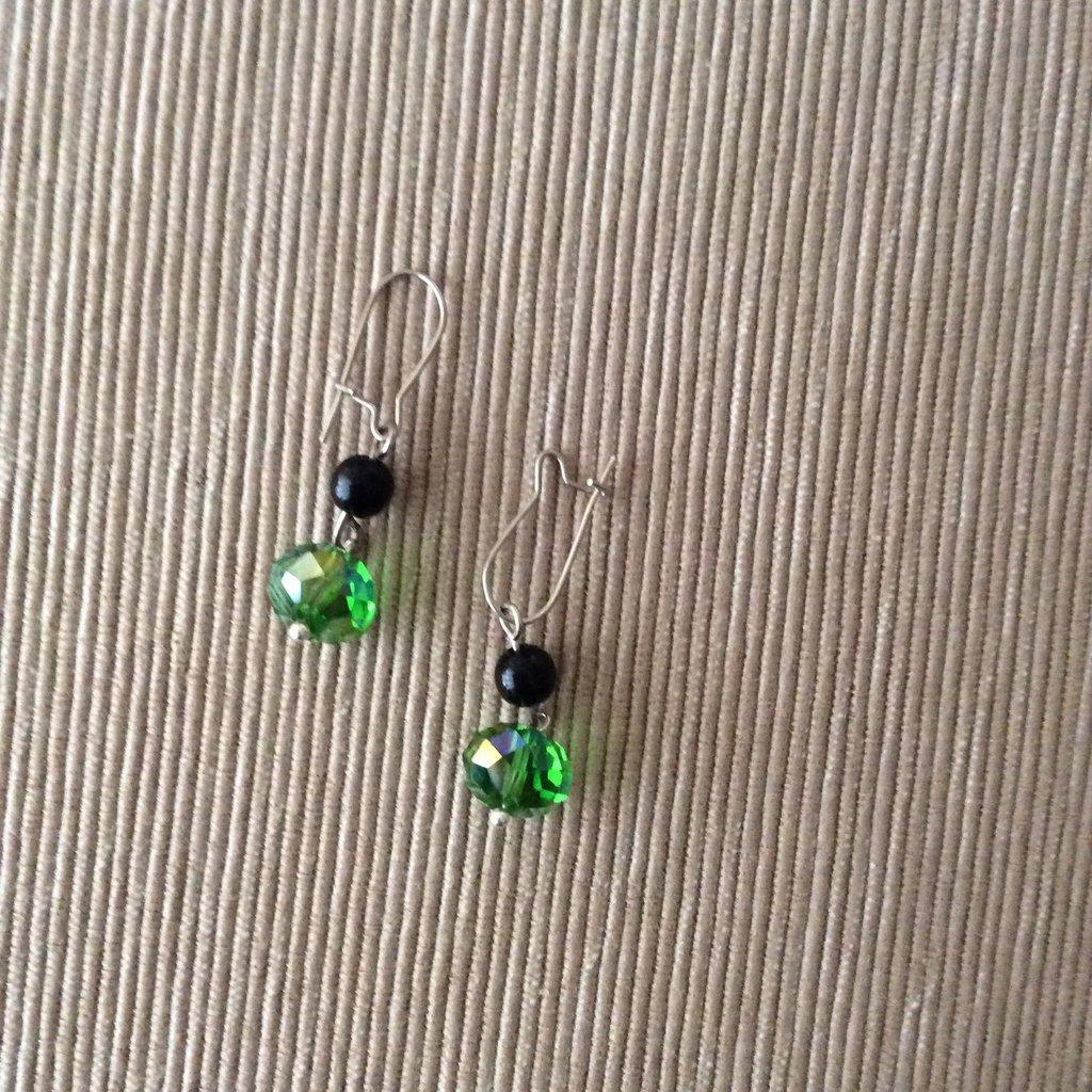 Un paio di orecchini cristallo verde