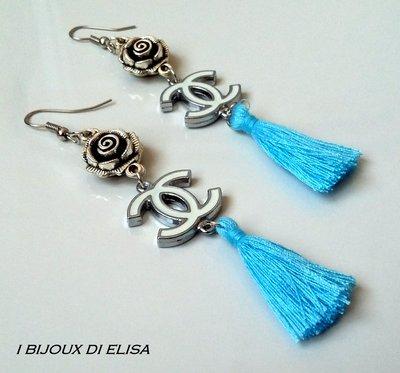 Orecchini bianchi con nappa azzurra