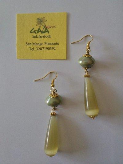 Orecchini con perla di Murano verde e goccia in occhio di gatto verde acido