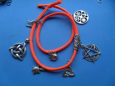 bracciale arancio multiplo con ciondoli mistici