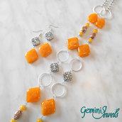 Collana lunga con pietre in resina color mandarino