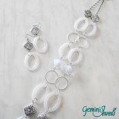 Collana lunga con pietre ovali in resina bianche